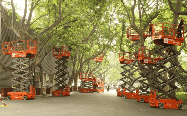 图:杭州亮灯工程中修剪树枝的剪叉式高空作业平台